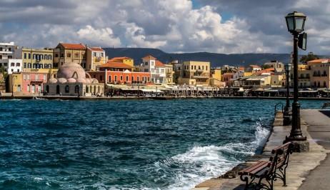 Il porto di Chanià in inverno, con le nuvole. Offerte scontate per l'inverno per noleggiare un'auto a Creta.